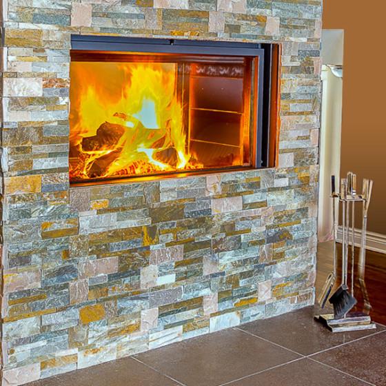 Foyer avec un revêtement de brique